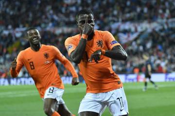 サッカーの欧州ネーションズリーグ準決勝、イングランド戦でゴールを喜ぶオランダのプロメス(右)=6日、ギマラインス(AP=共同)