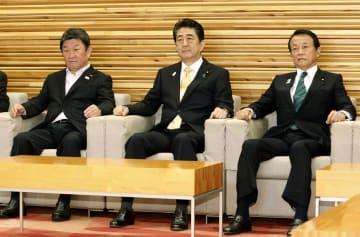 閣議に臨む(左から)茂木経済再生相、安倍首相、麻生財務相=7日午前、首相官邸