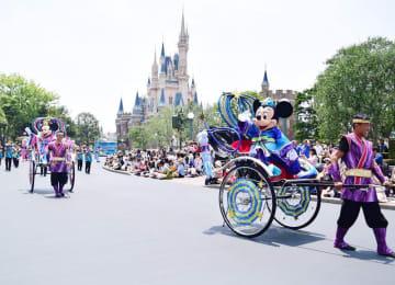 彦星と織姫の格好で登場したミッキーとミニー=6日、浦安市の東京ディズニーランド