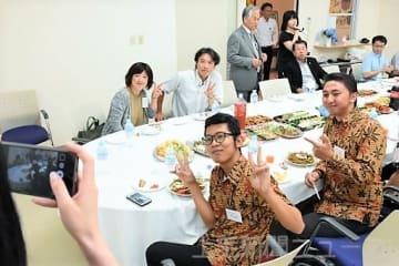 楽しく昼食を取る参加者