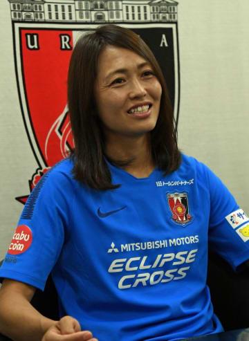 インタビューに答える元なでしこジャパンの安藤梢選手=6日午後、さいたま市内