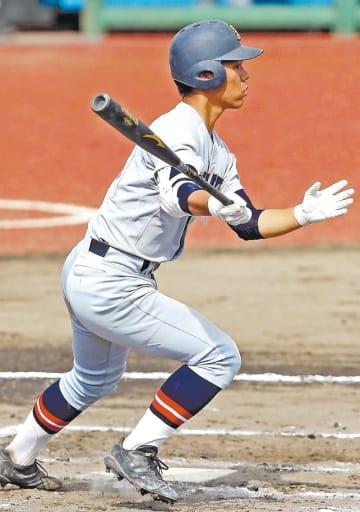 秋田中央―仙台育英 2回裏仙台育英無死一、三塁、笹倉が左中間に2点三塁打を放ち、3―0とする