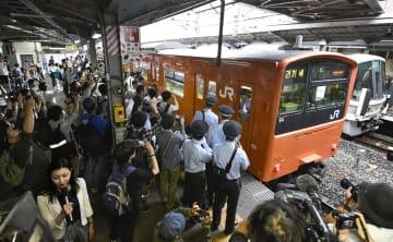 JR京橋駅に到着し、営業運行を終えたオレンジ色の車両「201系」=7日午前