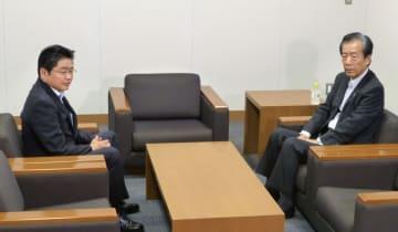 会談に臨む国民民主党の平野幹事長(右)と社民党の吉川幹事長=7日午前、国会