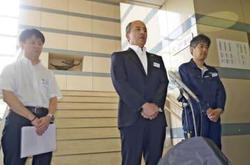 事故原因について説明する横浜シーサイドラインの担当者ら=6日午前、横浜市金沢区の本社