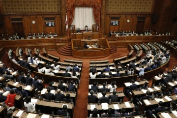改正民法が可決、成立した参院本会議=7日午後