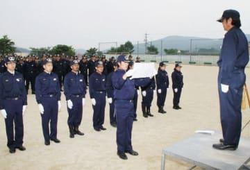 神原副団長(右)の前で宣誓する菅野さん