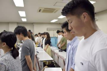 池田小事件の教訓を伝える講義で、黙とうする大阪教育大の学生ら=7日午後、大阪府柏原市