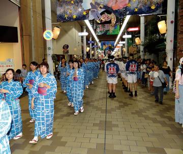▲約1400人が中心商店街を踊り歩く