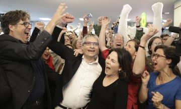 EU欧州議会選の結果を受け、喜ぶ「緑の党」のベーアボック代表(中央右)ら=5月26日、ベルリン(AP=共同)
