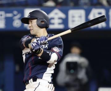 7回西武1死一塁、外崎が左翼線に適時二塁打を放つ=横浜