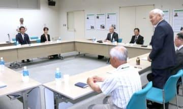 新潟市の中原八一市長(左)と面会した被害者団体のメンバーら=7日、新潟市北区
