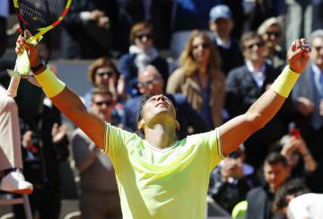 男子シングルス準決勝でロジャー・フェデラーに勝利し、ガッツポーズするラファエル・ナダル=パリ(共同)