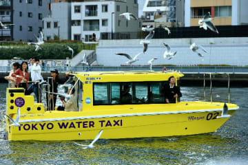 東京都内の運河を遊覧するニュージャパンマリン九州製造の水上タクシー