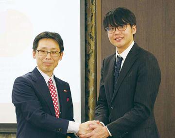 ワンビの加藤貴社長(左)とさくらインターネットの田中邦裕社長