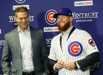 カブスの入団記者会見で笑顔を見せるクレイグ・キンブレル投手(右)=シカゴ(シカゴ・トリビューン提供・AP=共同)