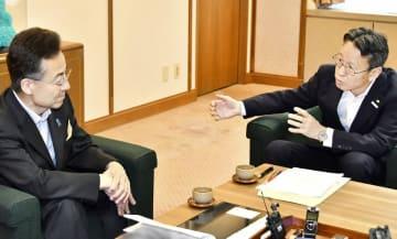 関西電力の岩根茂樹社長(右)と初めて面談する杉本達治知事=6月7日、福井県庁