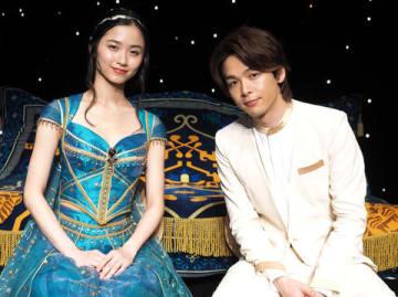 映画「アラジン」で日本語吹き替えを担当した中村倫也さん(右)と木下晴香さん