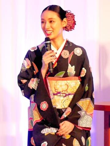 着物姿でトークする栗山さん=京都市下京区のホテル