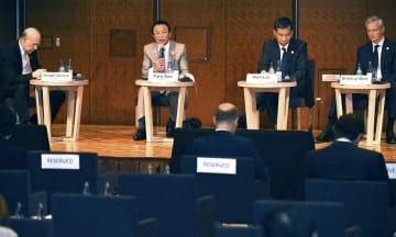 税制のシンポジウムで発言する麻生財務相(左から2人目)=8日午前、福岡市内のホテル(代表撮影)