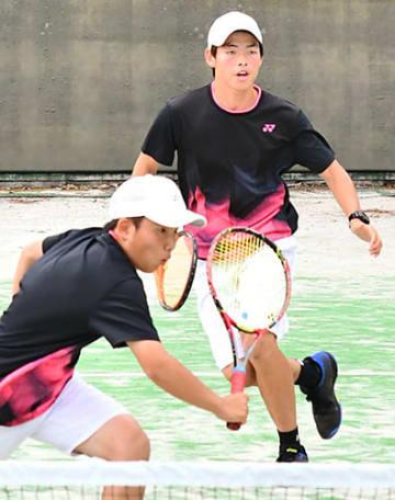〈テニス男子団体・日大山形―山形東〉粘り強いプレーで勝利した日大の高木雄汰(奥)と設楽壱慶=天童市・県総合運動公園