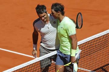 「全仏オープン」で健闘を称えあうナダル(右)とフェデラー(左)