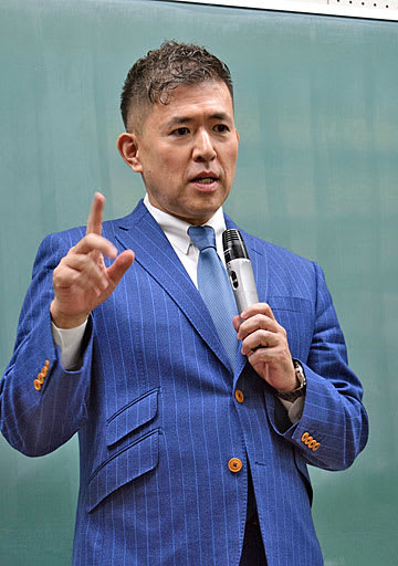 大阪大で講演する田村氏=5日、大阪府豊中市