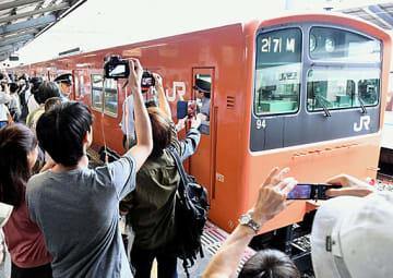 最終運行を終え、動き出す201系車両を見送る大勢の鉄道ファン=7日、JR京橋駅