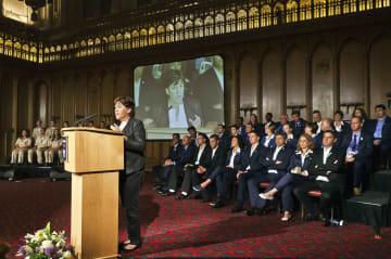2012年のロンドン五輪に合わせて行われたミュンヘン五輪犠牲者追悼式典。演台でスピーチするのは遺族のアンキー・スピッツァーさん(スピッツァーさん提供・共同)