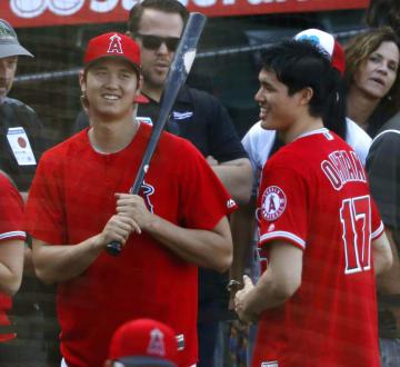プロバスケットボールNBAの2人目の日本選手、渡辺雄太(右)と談笑するエンゼルス・大谷=アナハイム(共同)