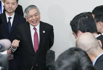 G20財務相・中央銀行総裁会議の本会議開幕を前に、記者団の取材に応じる日銀の黒田総裁=8日午後、福岡市内のホテル