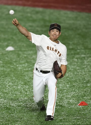 試合前、キャッチボールする巨人・菅野=東京ドーム
