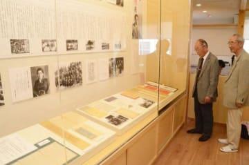 オープン前の原田文学館で展示資料を見る原田英樹さん(左)と遠藤さん