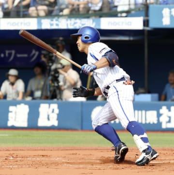 2回DeNA2死一、二塁、桑原が中前に勝ち越し打を放つ=横浜