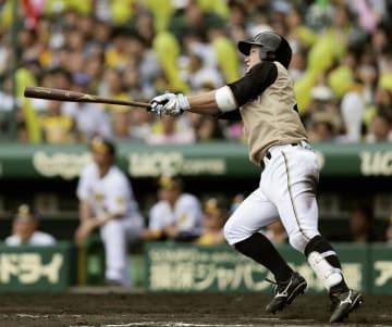 7回日本ハム2死、渡辺が中越えに満塁本塁打を放つ=甲子園
