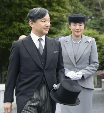 桂宮の墓所に向かわれる天皇、皇后両陛下=8日午後、東京都文京区の豊島岡墓地(代表撮影)