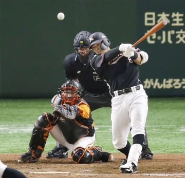 9回ロッテ2死一、二塁、中村奨が中前に勝ち越し打を放つ。捕手小林=東京ドーム