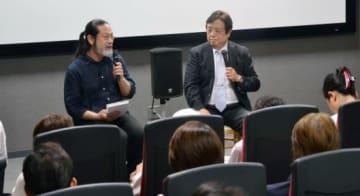 映画への思いやがん治療の実態について話す三宅流監督(左)と上野真一さん=鹿児島市のガーデンズシネマ