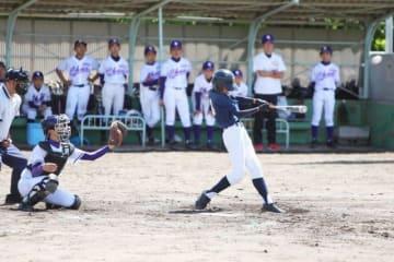 1回戦の妹尾―岡山中央で白熱した試合を繰り広げる選手たち=灘崎球場