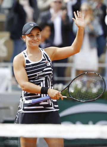 女子シングルスでマルケタ・ボンドロウソバを破って四大大会初優勝し、声援に応えるアシュリー・バーティ=パリ(共同)