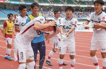 試合終了後、バースデーゴールを決めたイ・ヨンジェ(手前)に水を掛け、祝福するファジアーノ岡山の選手たち=トランスコスモススタジアム長崎