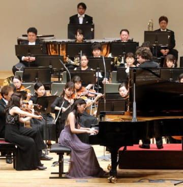 指揮者のイルジー・ローゼン、ピアニストの奥井紫麻と協演した広響定演