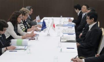 会談する河野外相(右手前)とEUのマルムストローム欧州委員(左手前から2人目)=8日午後、茨城県つくば市
