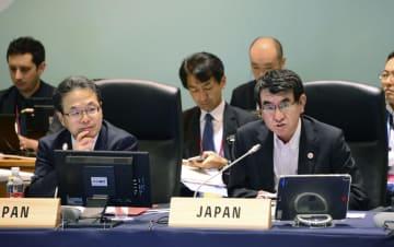 G20貿易・デジタル経済相会合の2日目の協議に出席した河野外相(右)と世耕経産相=9日午前、茨城県つくば市