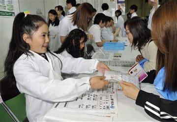 薬代わりにお菓子を使い薬剤師の仕事を体験する子供たち