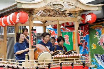 約30年ぶりに復活したおはやしを披露する漆山地区の住民ら=横須賀市長井