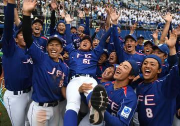 都市対抗野球南関東大会で3年ぶり23度目の本大会出場を決め、落合成紀監督を胴上げするJFE東日本の選手たち=8日、千葉市美浜区のZOZOマリンスタジアム