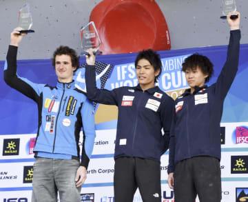 総合優勝を決め、表彰台で喜ぶ楢崎智亜(中央)。右は3位の緒方良行=米コロラド州ベイル(共同)