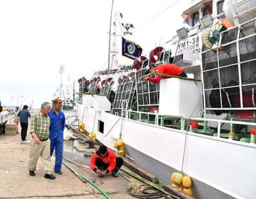 9日の出航に向けて準備に追われるイカ釣り船団の乗組員=酒田市・酒田港