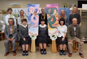 お披露目された羽子板と美術部の制作中心メンバー3人(前列中央)、東輪寺関係者ら